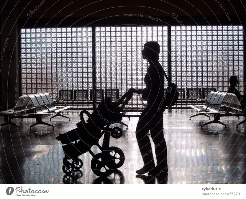 Airport Faro Part II Frau Glas Stuhl Flughafen Kinderwagen