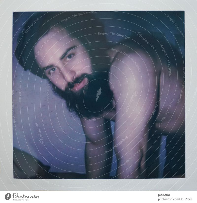 Young Christopher Lee attraktiv lange Haare Bart Mann maskulin Vollbart langer Bart Bett Porträt gutaussehend Junger Mann schnauzer haarwuchs hübsch