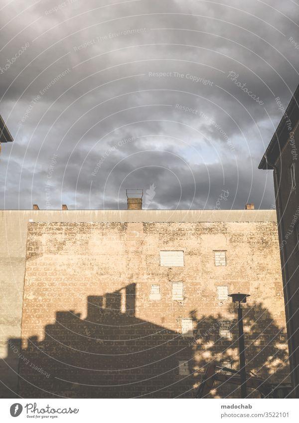 Schatten an der Wand Maier Fassade Gebäude Haus trist trshig urban Menschenleer Mauer Außenaufnahme Farbfoto Bauwerk Architektur Textfreiraum oben Himmel grau