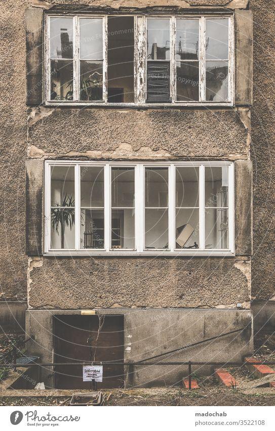 Schöner wohnen Gebäude Armut Verfall trashig Menschenleer kaputt alt Fassade Gedeckte Farben Zerstörung Vergänglichkeit dreckig Ruine trist Fenster Haus