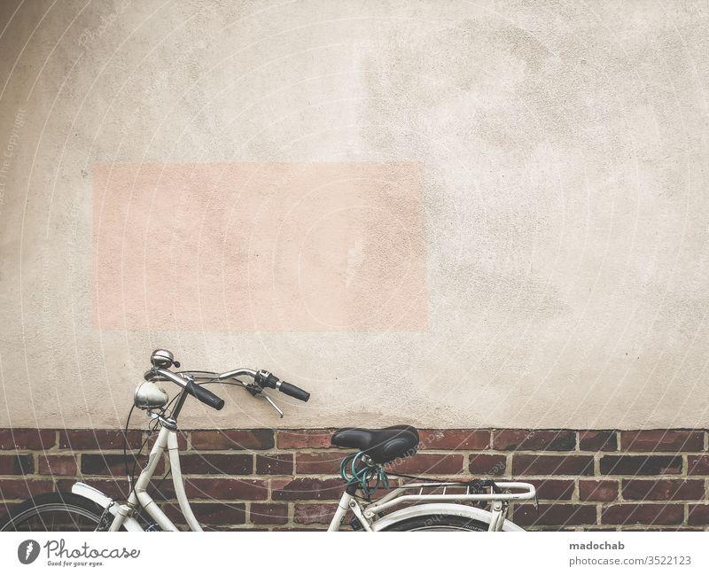 Dezentes, hautfarbenes Rechteck stiehlt dem Fahrrad die Show Stadt urban Wand Fassade trash Architektur Mauer Gebäude Farbfoto Menschenleer Außenaufnahme trist