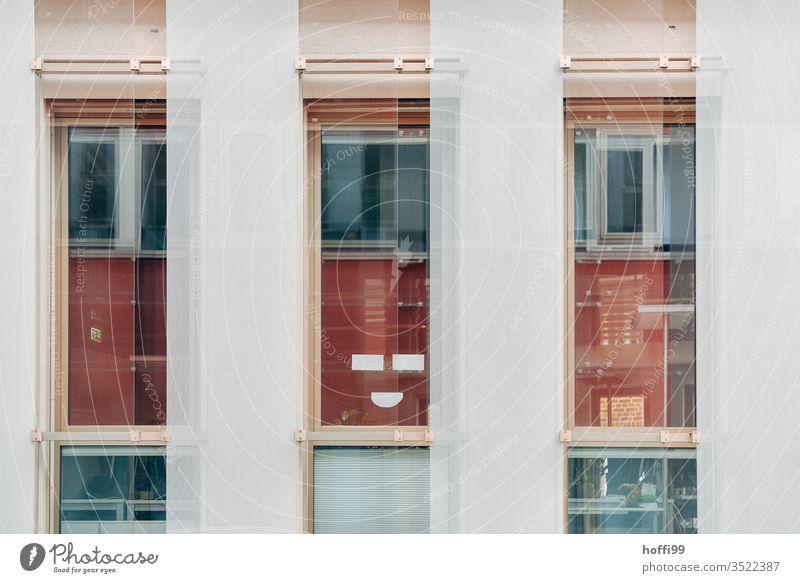 Das Haus des Lächelns - keep smiling Fassade lächelnde Fassade Spiegelung Glasfassade Freude außergewöhnlich Reflexion & Spiegelung Gebäude Fenster modern