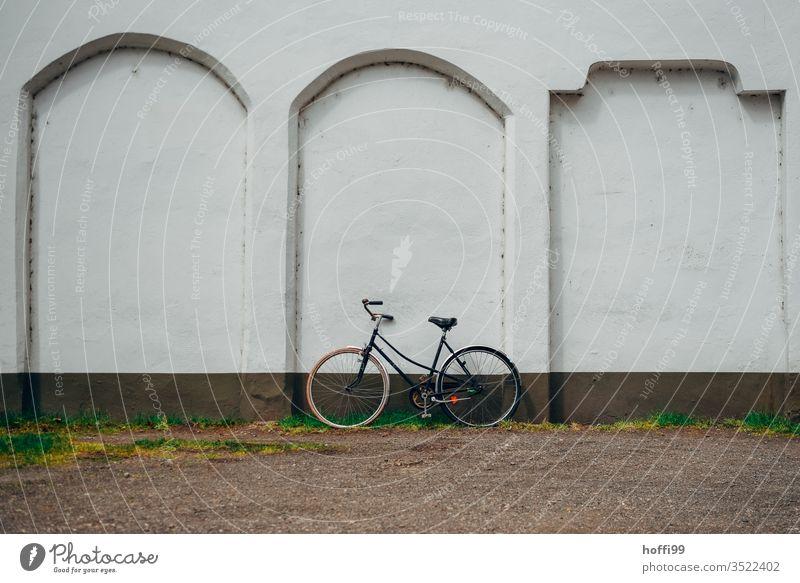altes Fahrrad an der Wand altes fahrrad Abstellen von Fahrrädern abstellen parken Mauer Verkehr Fahrradfahren Verkehrsmittel Verkehrswege Straßenverkehr