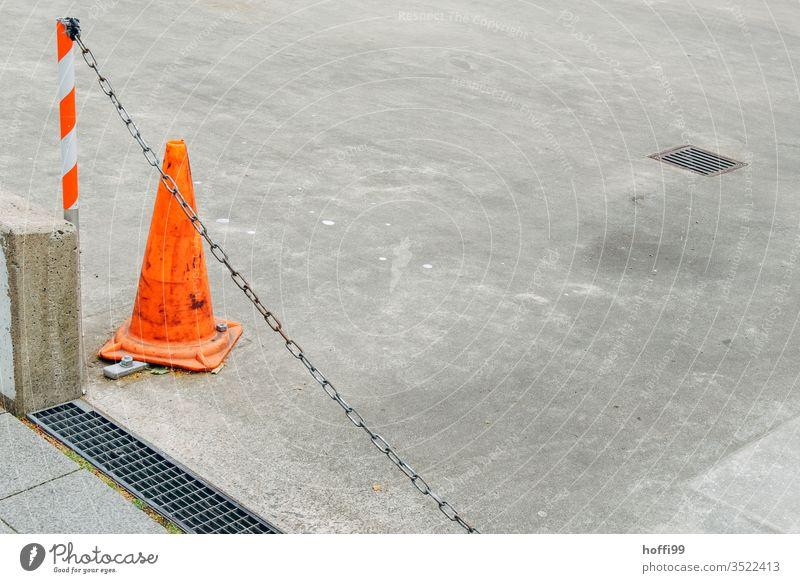 geschlossen Einfahrt mit Kette und Warnkegel Leitkegel Absperrung Einfahrt verboten einfahrt freihalten absperrungshütchen absperren Warnschild Warnhinweis