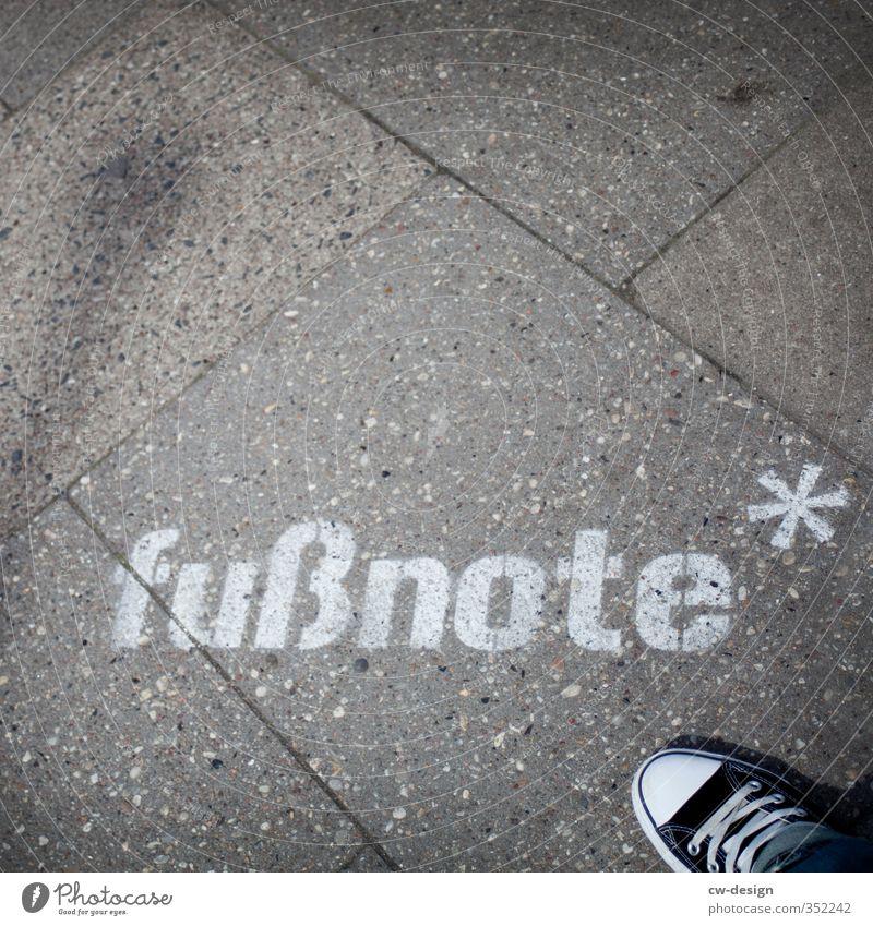 HEUTE: Internationaler Nelson-Mandela-Tag Mensch Jugendliche weiß Einsamkeit 18-30 Jahre Junger Mann schwarz Erwachsene Graffiti feminin Stil grau Stein Fuß