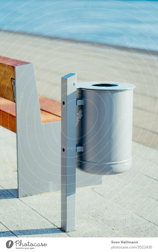 Mülleimer neben Bank Müllbehälter Farbfoto Menschenleer Umwelt Umweltschutz grün Stadt Recycling Außenaufnahme Ordnung Verkehrswege Bürgersteig Sauberkeit