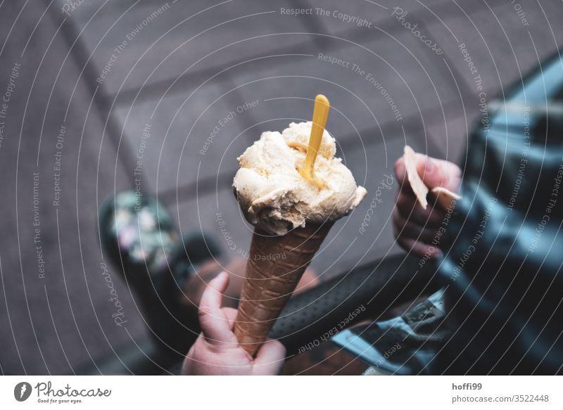 kleines Kind hält Einswaffel Eis Eiswaffel Speiseeis süß Süßwaren Sommer lecker Dessert Waffel Essen Erfrischung genießen Sahne Außenaufnahme Milcherzeugnisse