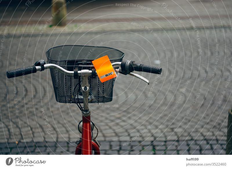 altes Fahrrad mit Nachricht vom Ordnungsamt altes fahrrad Wand Abstellen von Fahrrädern abstellen parken Mauer Verkehr Fahrradfahren Verkehrsmittel Verkehrswege