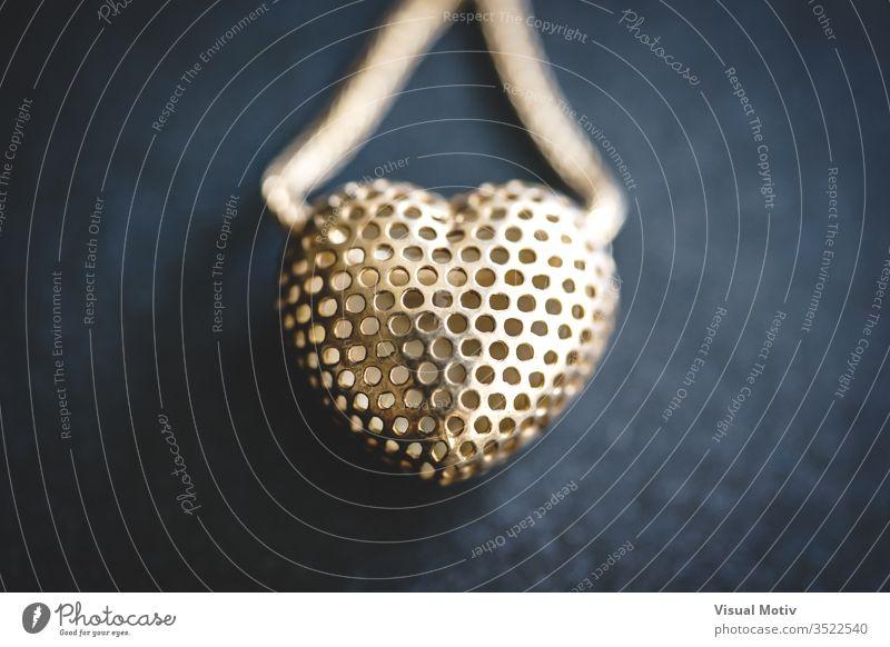 Metallgeflecht-Herz in einer Halskette Accessoire Kunst Kunst und Handwerk Kunstwerk schön abschließen Nahaufnahme Dekoration & Verzierung Design Eleganz Mode