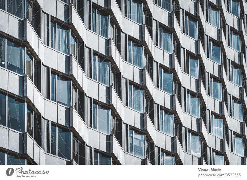 Unregelmäßige Fassade eines städtischen Gebäudes, die ein Muster erzeugt Fenster Architektur architektonisch urban Metropolitan konstruiert Struktur geometrisch