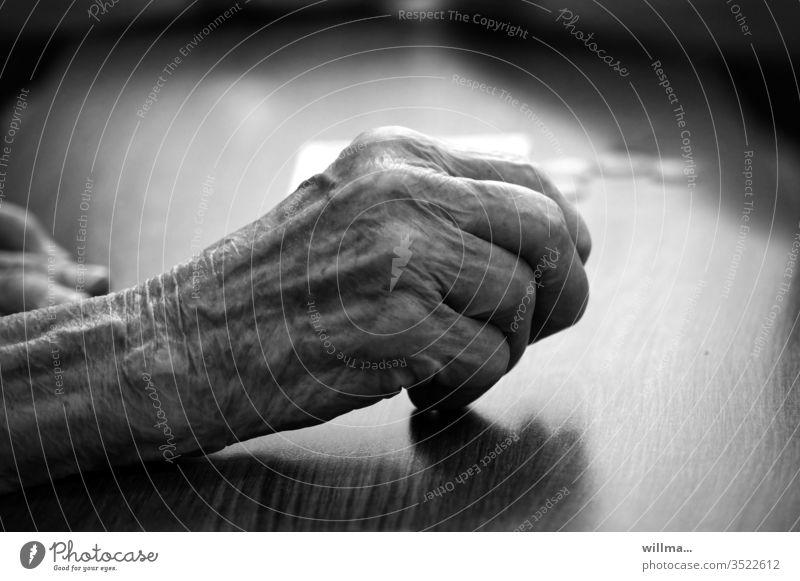 hochbetagt Hand Greis Senior Mensch alt Runzeln hohes alter 80 90