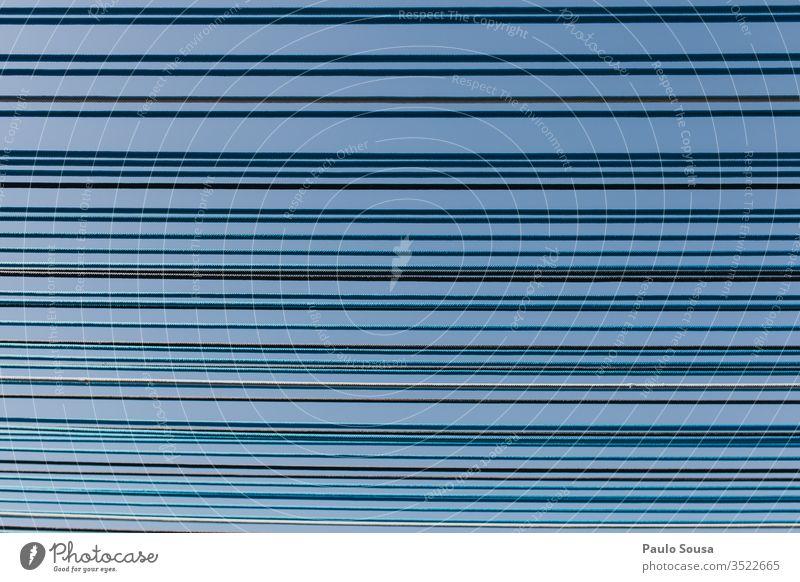 Niedrigwinkelansicht der Schattenstruktur bei klarem blauen Himmel Strukturen & Formen Linie Linien Muster Wand Fassade Außenaufnahme Farbfoto abstrakt Streifen