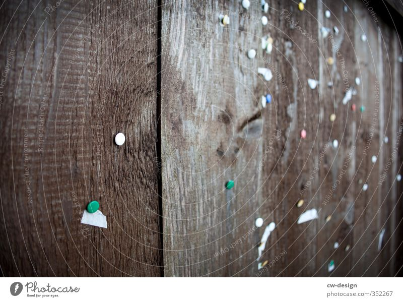 Pinnwand alt Stadt weiß dunkel Holz braun authentisch Kommunizieren Papier historisch eckig Zettel hässlich Schwarzes Brett Informationsaustausch