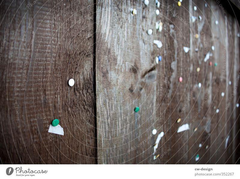 Pinnwand Papier Zettel Holz alt authentisch dunkel eckig hässlich historisch Stadt braun weiß Kommunizieren Schwarzes Brett Informationsaustausch Farbfoto