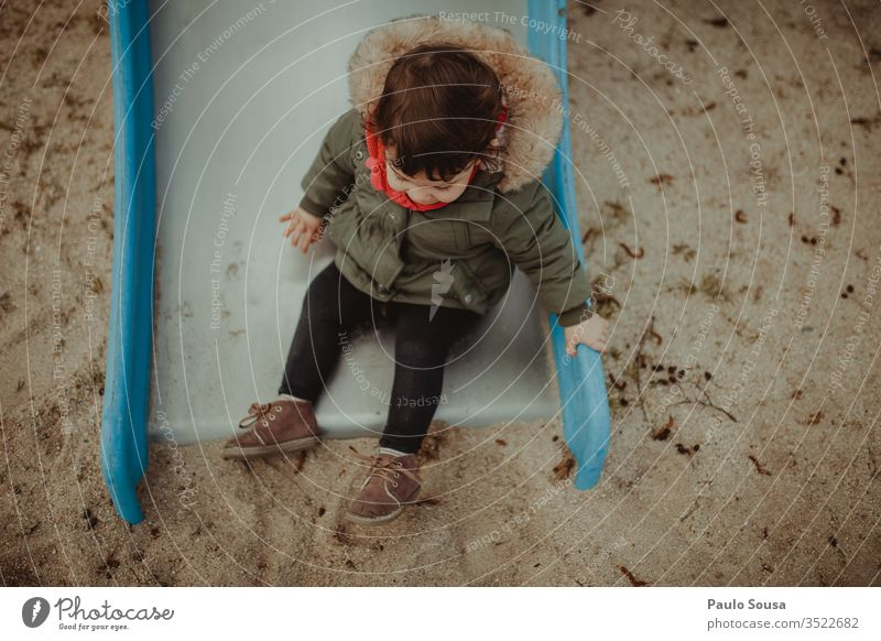 Kind hat Spaß auf der Rutsche Spielplatz Park Sliden Spaß haben Freude Kindheit spielen Glück wenig niedlich Fröhlichkeit Lifestyle Porträt Kaukasier Menschen