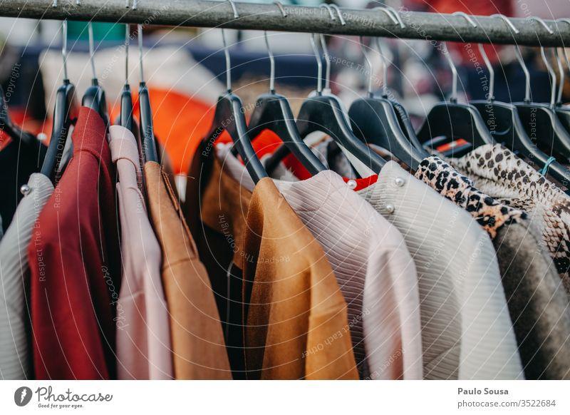 Bunte Kleider, die zum Verkauf hängen zu verkaufen Sale Markt Marktplatz Bekleidung Wäscheleine Kleidung Lager mehrfarbig Design horizontal Verschiedenheit