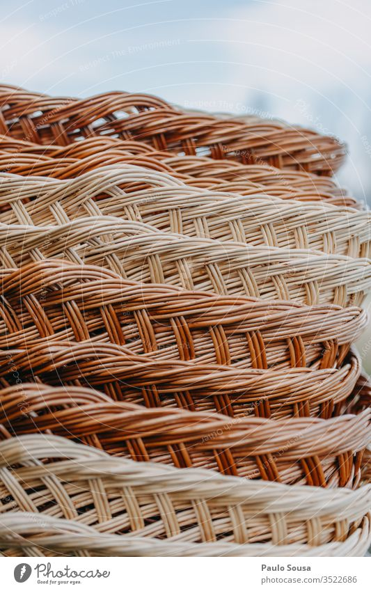 Weidenkörbe in einer Reihe Weidenkorb Muster Korb Farbfoto Außenaufnahme Natur Nahaufnahme Markt In einer Reihe braun Textfreiraum Hintergrund Herbst