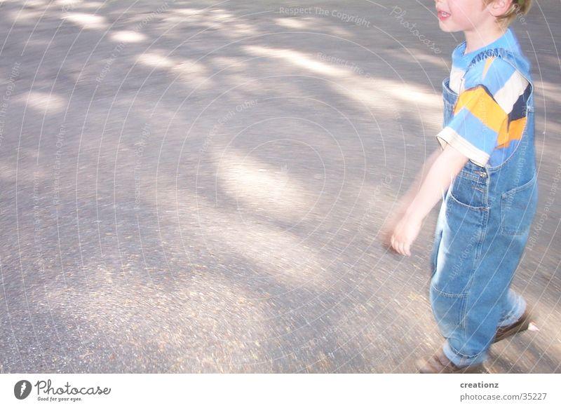 flenner Kind Junge weinen Ärger Wut Latzhose Streifen Mann frech Straße Schatten