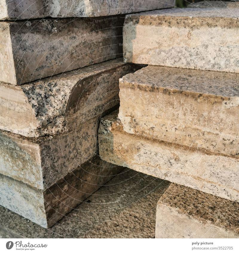 Dicker Steinestapel im Abendlicht auf einer Baustelle in Dresden dick dicke Steine gestapelt Außenaufnahme Bauarbeiten Wiederaufbau Nahaufnahme Menschenleer