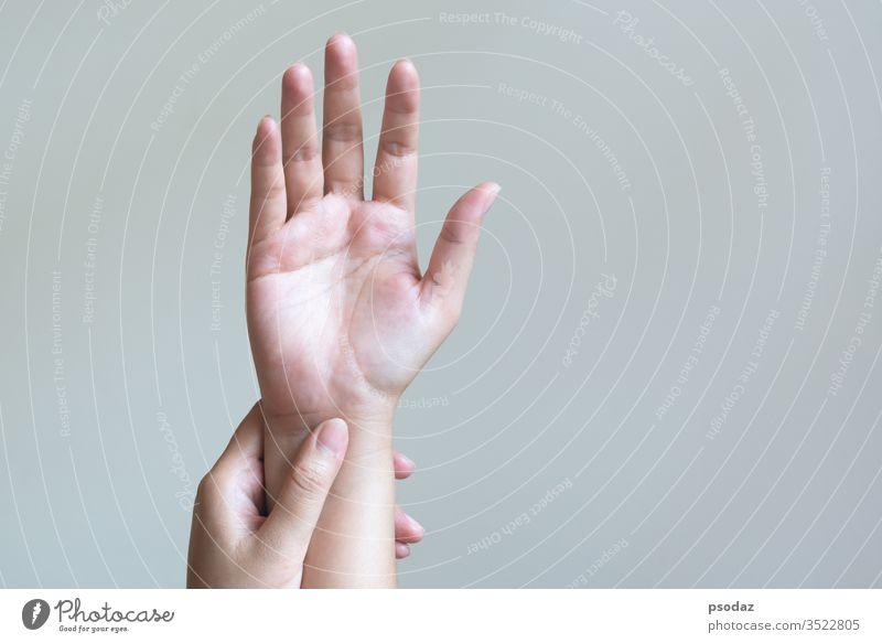 Frau massiert ihre schmerzende Hand. Gesundheitsvorsorge und medizinisches Konzept. Schmerzen Erwachsener Arme Arthritis Hintergrund Körper Pflege Karpal