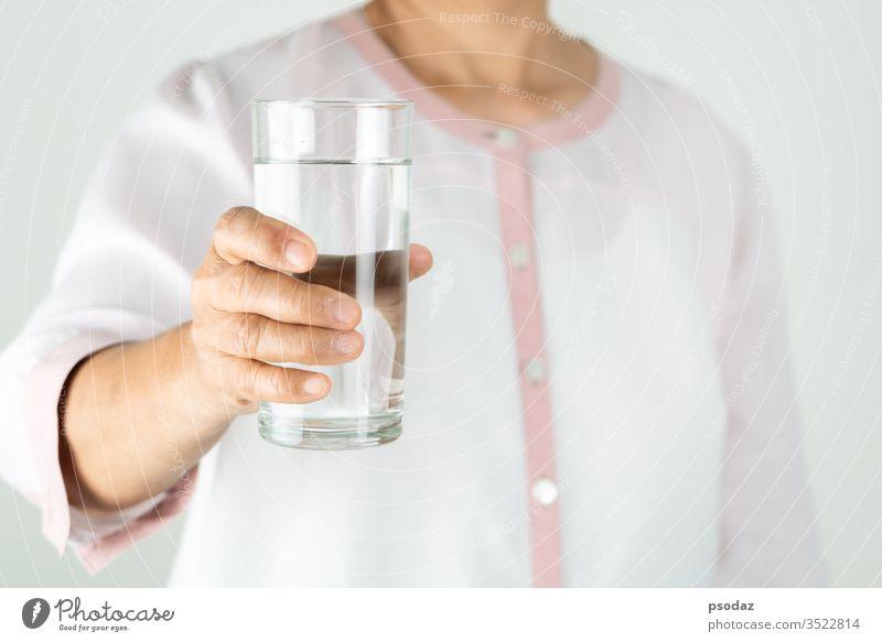 Trinkwasser in der Hand der älteren Frau, Konzept des Umweltschutzes, gesundes Trinken. Erwachsener gealtert aqua attraktiv Hintergrund schön Getränk Flasche