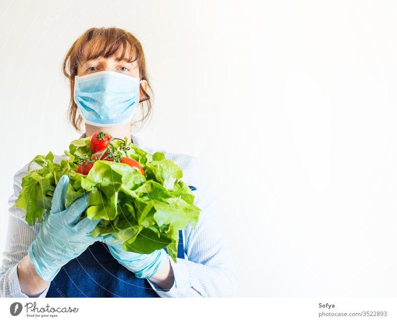 Frau in Blau in Gesichtsmaske mit frischen Produkten Mundschutz Lebensmittel Versand Lebensmittelgeschäft Bauernhof produzieren Ladenbesitzer Notwendigkeiten