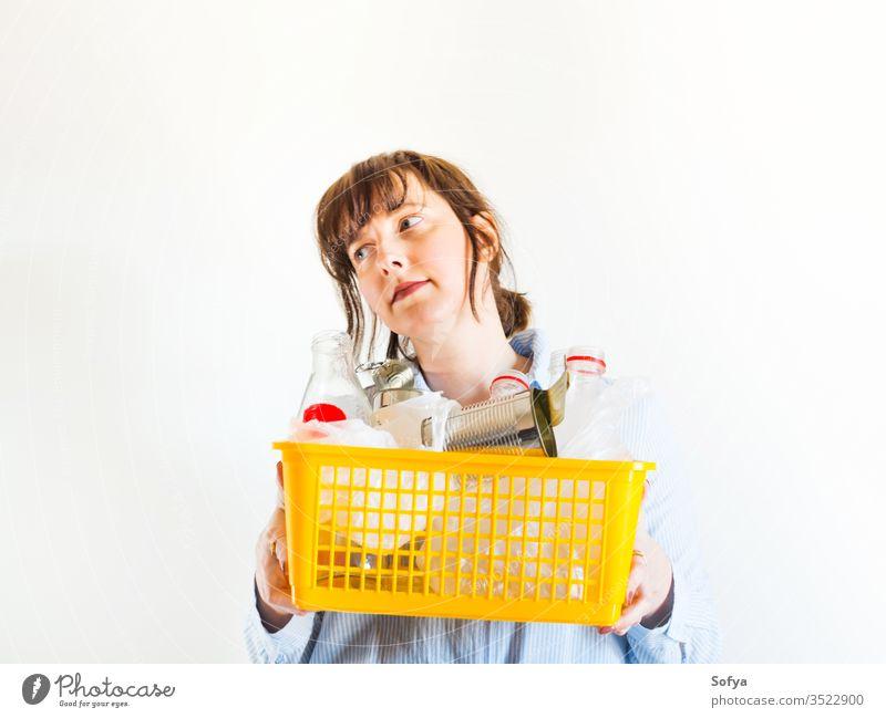 Kaukasische Frau mit recyclingfähigem Müll wiederverwerten Umwelt Recycling Kunststoff umgebungsbedingt nachhaltig sortieren Entsorgung Behälter Ökologie Abfall