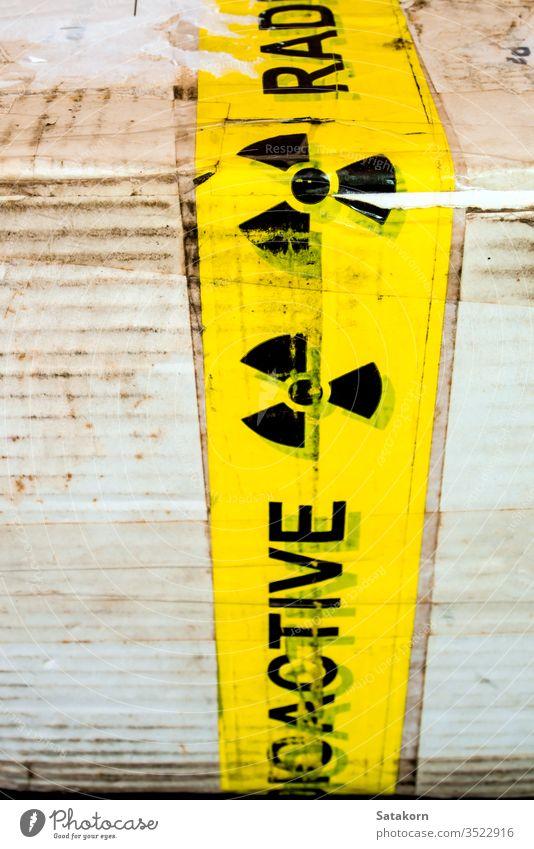 Warnschild für radioaktives Material am Versandstück Zeichen Ermahnung Symbol Kasten Papier Paket Industrie Gefahr Strahlung Sicherheit Risiko Aufmerksamkeit