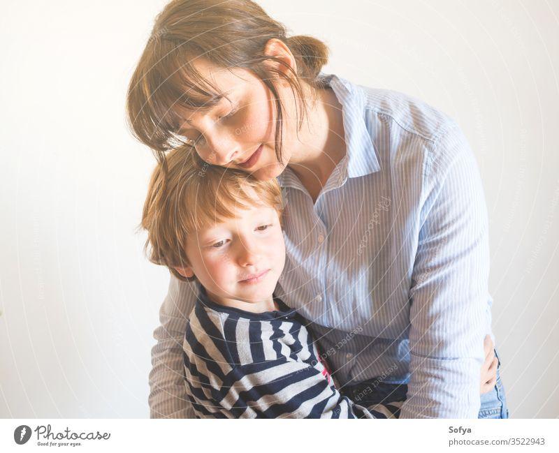Junge Mutter und Kind umarmen sich. Tag der Mütter Mama Eltern Muttertag Frau Lifestyle umarmend Liebe Sohn Zusammensein Familie Emotion Gefühle Gesicht Auge
