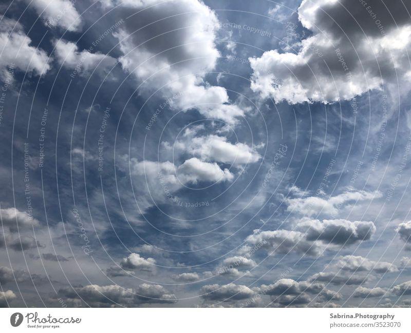 Wolker Himmel an einem sonnigen Sommertag Wolken Blauer Himmel blau Außenaufnahme Natur Sonnenlicht Wolkenhimmel Dramatik dramatischer Himmel Freiheit