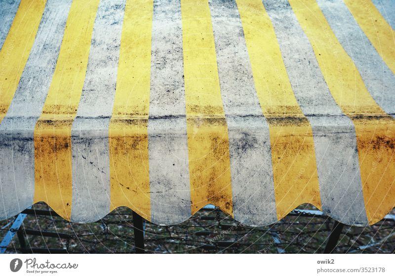Streifen und Wellen Hollywoodschaukel Plane Dach alt dreckig trashig Muster Dekor Kunststoff Abnutzung Zahn der Zeit retro Retro-Trash gelb weiß