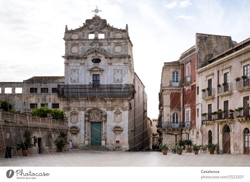 Ein menschenleerer Platz vor der Kirche einer italienischen Kleinstadt Religion & Glaube Gotteshäuser Christentum Menschenleer Architektur Bauwerk Gebäude