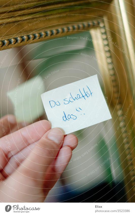 Ein Post-it oder Haftnotiz mit einer motivierenden handgeschriebenen Nachricht darauf Motivation post-it haftnotiz Botschaft Hand Papier Freundschaft liebevoll
