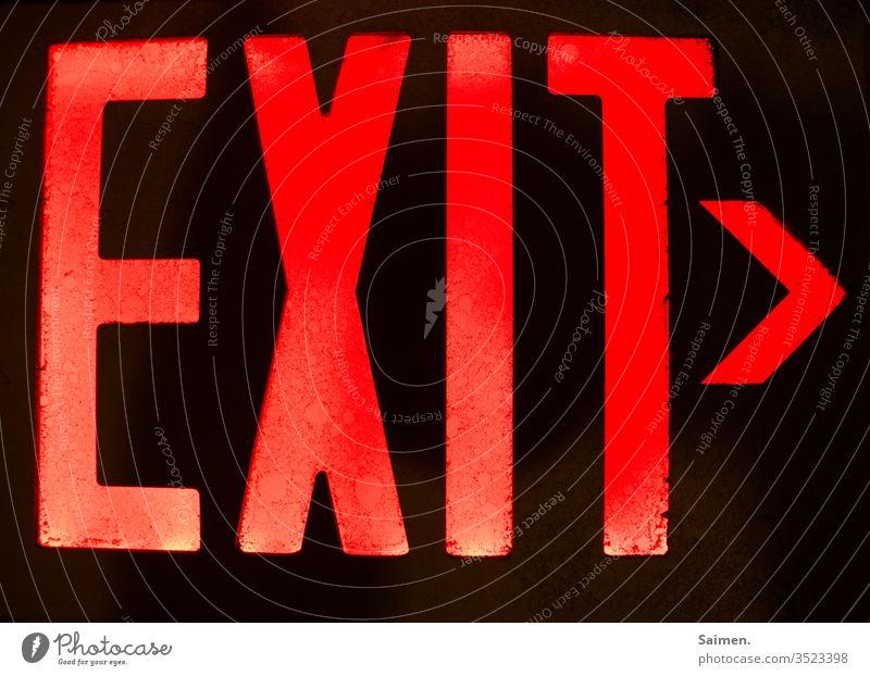 Ausgang schild Richtung Wegweiser Ausfahrt englisch läuchten Leuchtschild Licht Notausgang Schilder & Markierungen Farbfoto Fluchtweg Pfeil Sicherheit