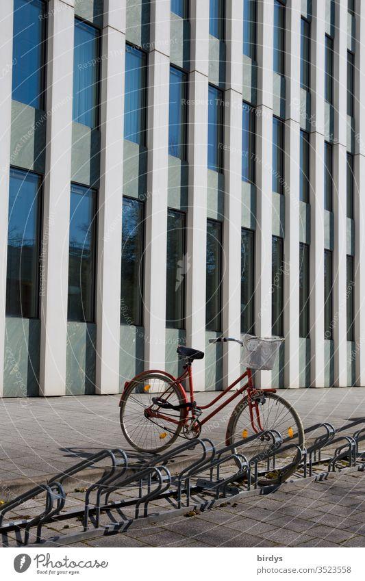 geparktes Fahrrad vor modernem Bürogebäude Damenrad Fahrradständer Gehweg Fassade Menschenleer Außenaufnahme Fenster Farbfoto Gebäude CO2-neutral