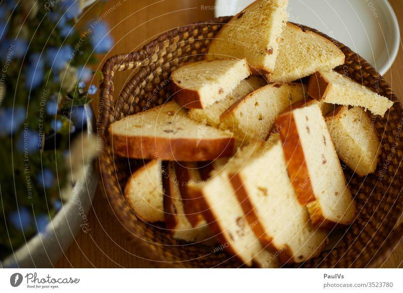 Osterjause mit steirischem Weissbrot im Brotkorb Ostern Milchbrot weissbrot brotkorb Jause Essen Brotzeit Brot mit Rosinen Rosinenbrot Südsteiermark tradition
