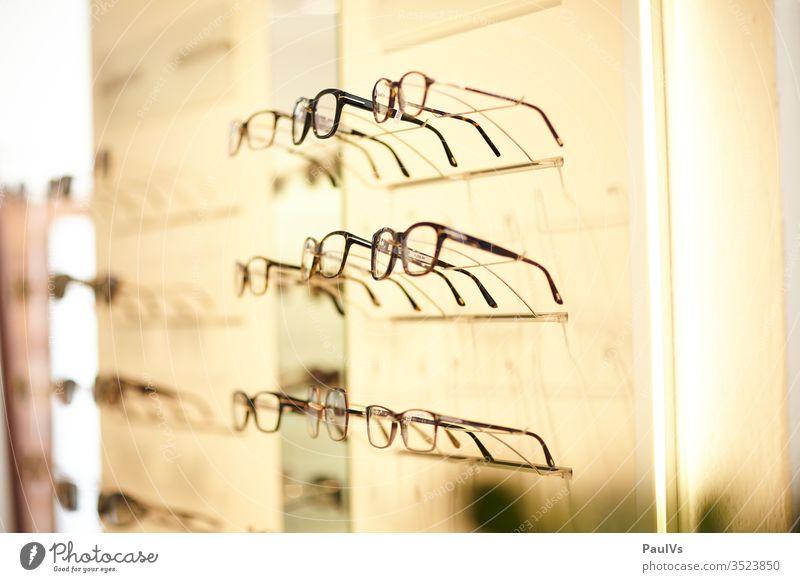 Brillen bei Optiker / Brillenauswahl / Optikergeschäft Mode Sehen Auge Sehschwäche Fokus Gesundheit Verkauf Geschäft Pupille Sinnesorgane Sehvermögen Blick