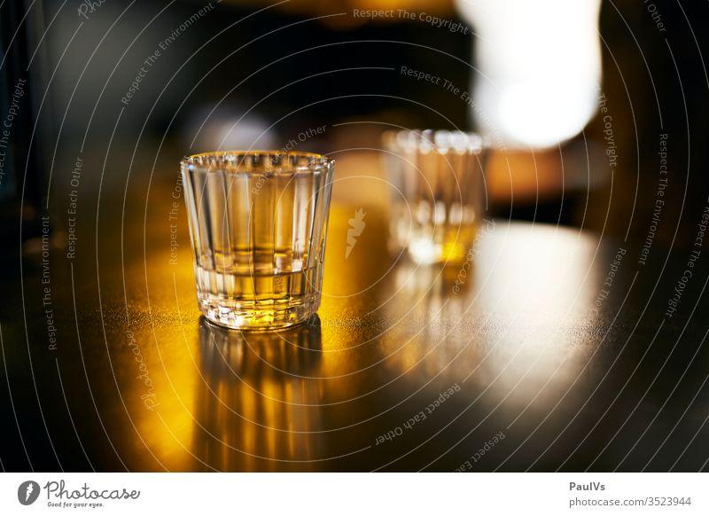 Schnapsgläser auf Bar / Gläser mit Alkohol / Schnaps / Hochprozentiges / Tequila / Mescal Mezcal shot kurzer bar trinken alkohol Alkoholismus alkoholisiert