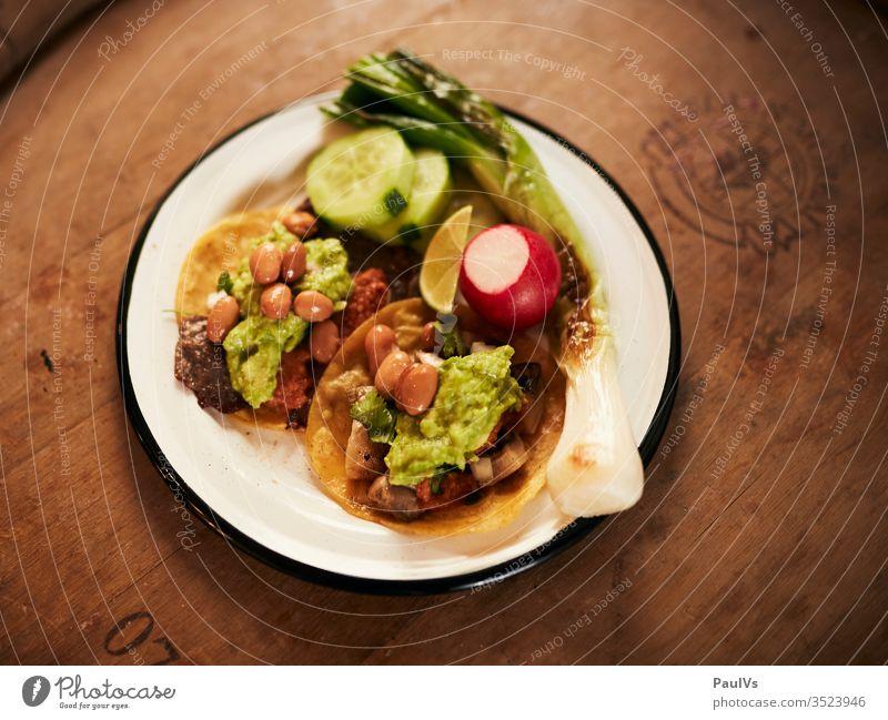 Tacos mit Guacamole, Bohnen und Fleisch / Mexikanisches Essen / Streetfood Taccos Mexiko Mexikanische Küche mexikanisches Essen streetfood Foodfotografie Snack