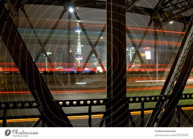 Blick durch die Waibaidu Brücke nach Pudong Shanghai. Mit Pearl Tower. Einige Fahrzeuge kreuzten die Strasse pearl pearltower pudong Licht lichtbewegung