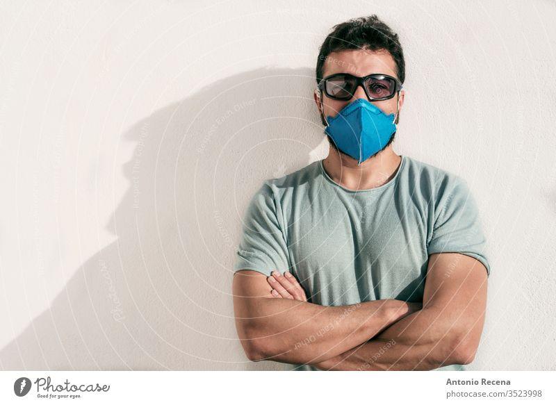 Mann mit Gesichtsmaske und Sonnenbrille schaut in die Kamera Mundschutz Corona-Virus Allergie cool Brille Bund 19 Ansteckung Krankheit Einsperrung Pandemie