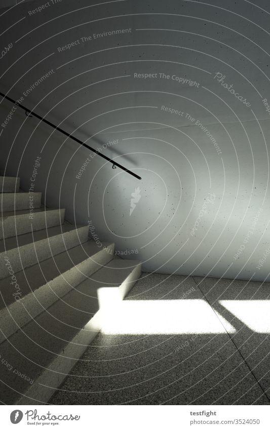 Treppe Gebäude Innenaufnahme Innenarchitektur Geländer Beton Handlauf Sonnenlicht Schatten Licht Lichtreflexe Lichtspiel Architektur karg kahl kühl kalt warm