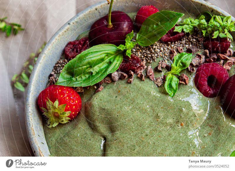 Grüne Smoothie-Schale mit Beeren grün grüner Smoothie Smoothie Schüssel glättet die Textur Smoothies Vegetarier Entzug Veganer Frühstück Gesundheit Saft