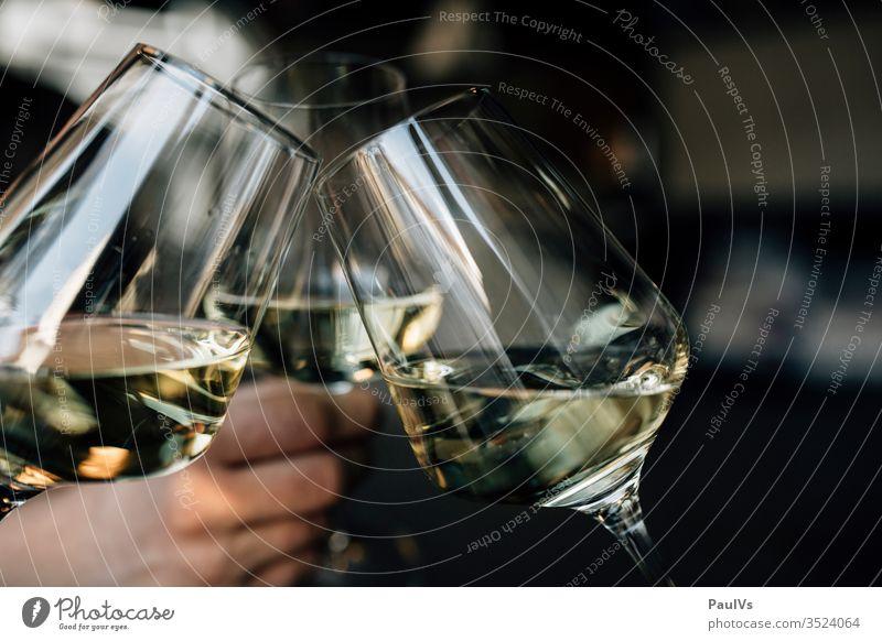 Weingläser / Anstossen / Prost / 3 Weissweingläser weisswein Chardonnay party anstossen feiern grüner veltliner österreichischer wein südsteiermark wachau