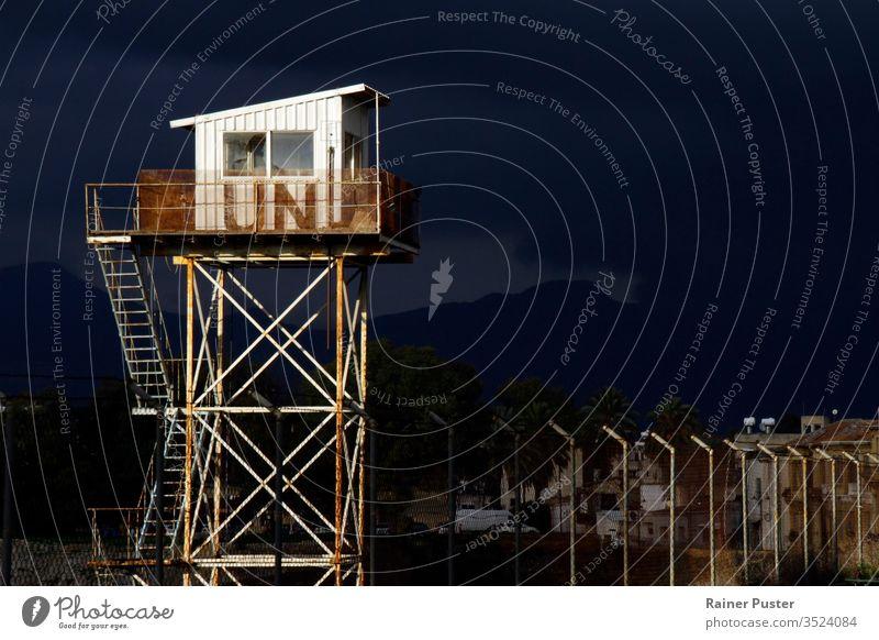 """14 Feb 2020 - Nikosia, Zypern: Wachturm der Vereinten Nationen an der Grenzzone """"Grüne Linie"""" in Nikosia, Zypern Stacheldraht Barriere Borte zugeklappt"""