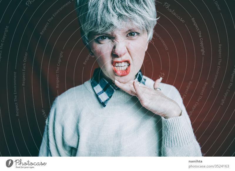 Porträt einer wirklich wütenden androgynen Frau Wut unverschämt Zeichen expressiv emotional Emotion Stimmung Porträtmalerei Kurze Haare rote Haare Finger laut