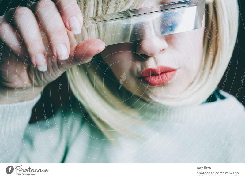 Nahaufnahme des durch ein Prisma verdeckten Gesichts einer jungen Frau Kunst Deckung abschließen Glas Kristalle Verzerrung Reflexion & Spiegelung Lippen blond