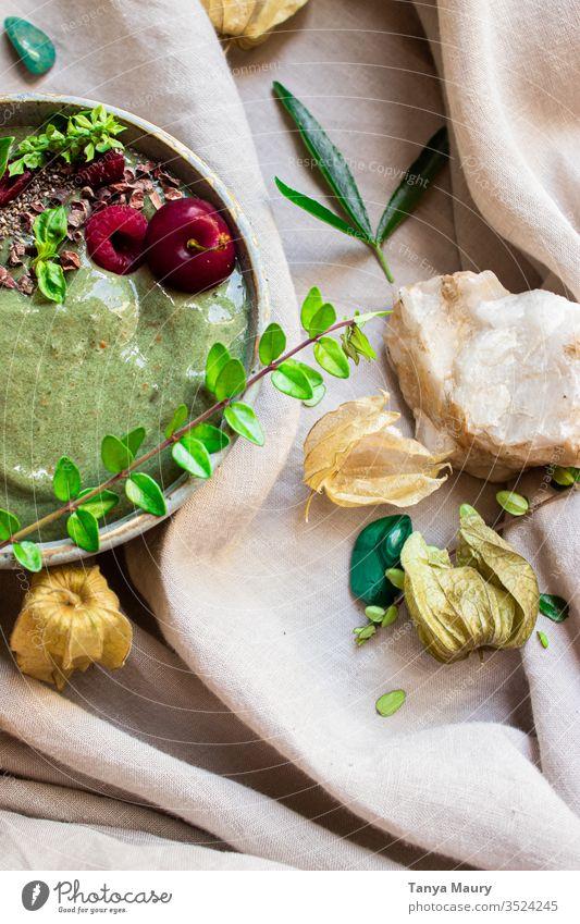 Frische grüne Smoothie-Schale mit Beeren grüner Smoothie Smoothie Schüssel glättet die Textur Smoothies Vegetarier Entzug Veganer Frühstück Gesundheit Saft