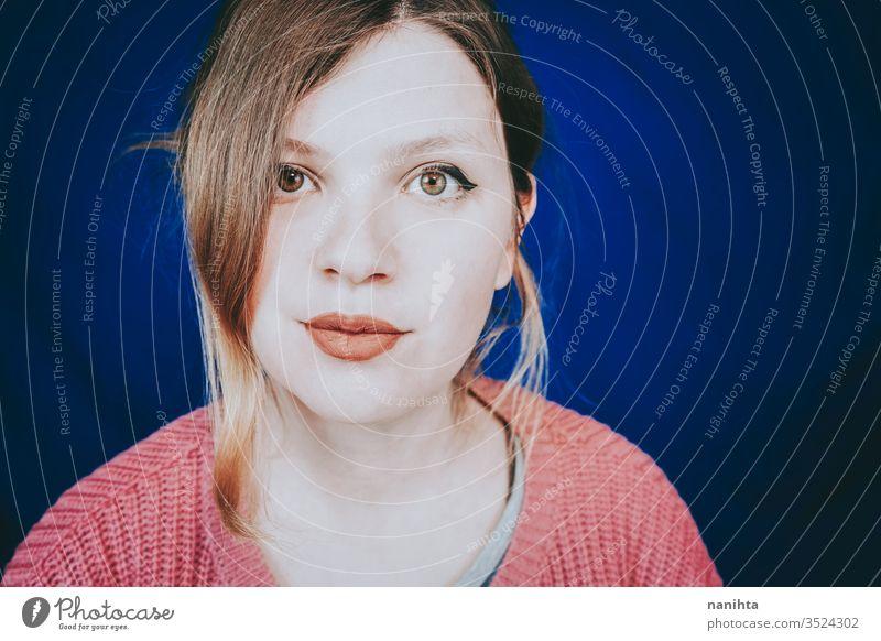 Klassisches und natürliches Porträt einer jungen Frau wirklich hübsch Gesicht offen Übergröße Make-up matt Lippenstift Blick echte Frau Auge grüne Augen