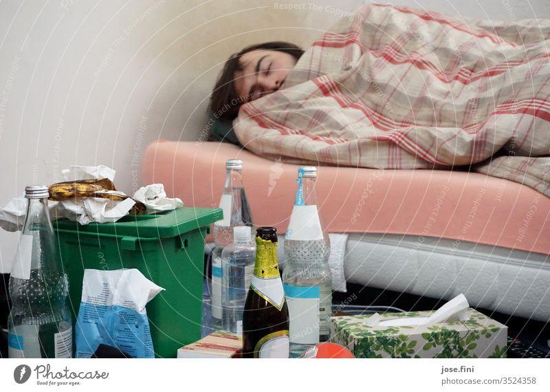 Semesterferien schlafen Wohnung Junger Mann Bett Schlafzimmer Unordnung Müll liegen dösen Faulheit träumen entfliehen Erholung Student Gerümpel Häusliches Leben